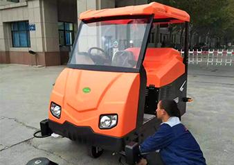 河南中牟县工商学院驾驶式扫地车交机