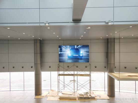 上海保时捷4S店,三星55寸拼接屏双边拼缝3.5mm拼接3x3,4K高清分辨率:3840x2160