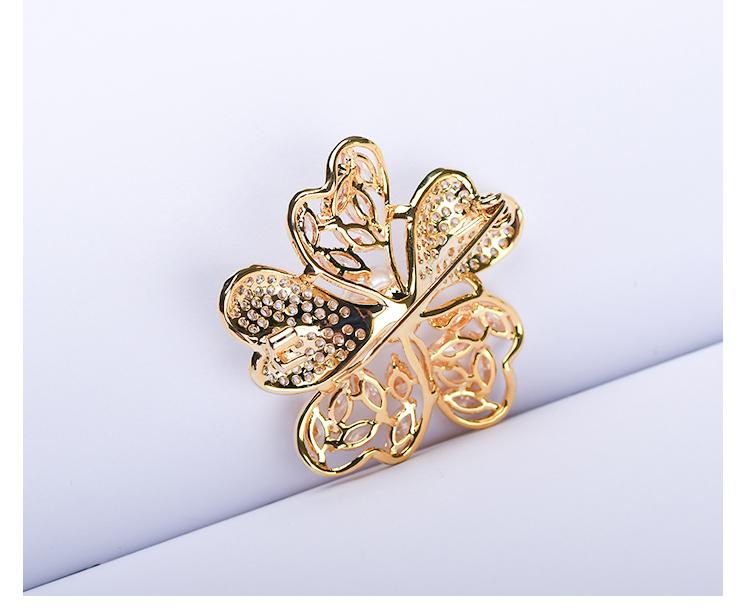 金色花瓣胸针