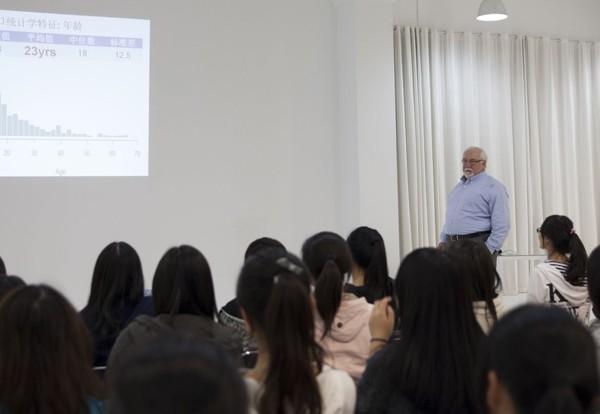 华柏恩教授来沪进行近视研究成果报告