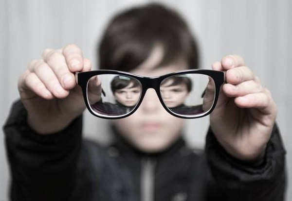 看了这么多明星的眼镜杀,圆脸、方脸、锥子脸,到底怎么选对头?