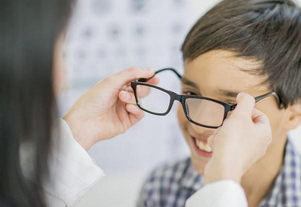 担心孩子得近视,买防蓝光眼镜没有用,这几点才是预防近视的关键