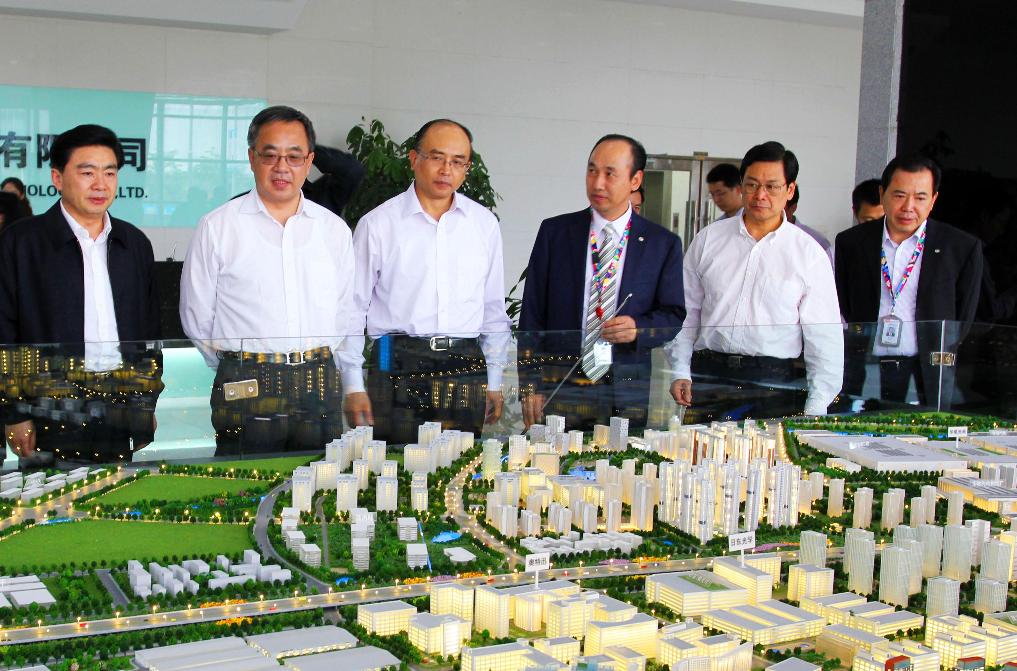 中共中央政治局委员、广东省委书记胡春华考察深圳市华星光电技术有限公司。