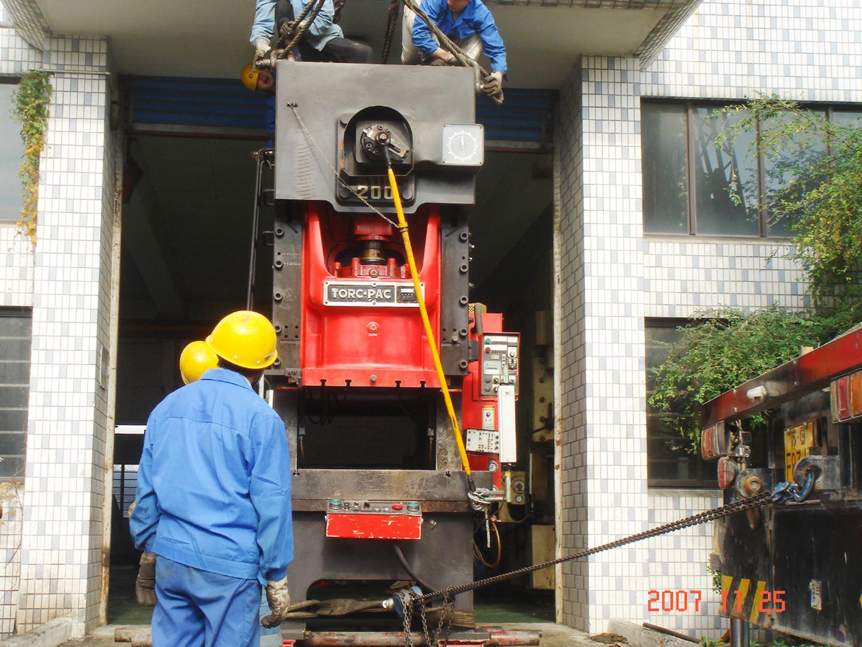 2007上海闵行华美设备搬迁工程冲压机盘路