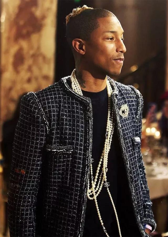 别说珍珠再贵也不戴的大话,男生都开始戴珍珠了,再不精致就晚了