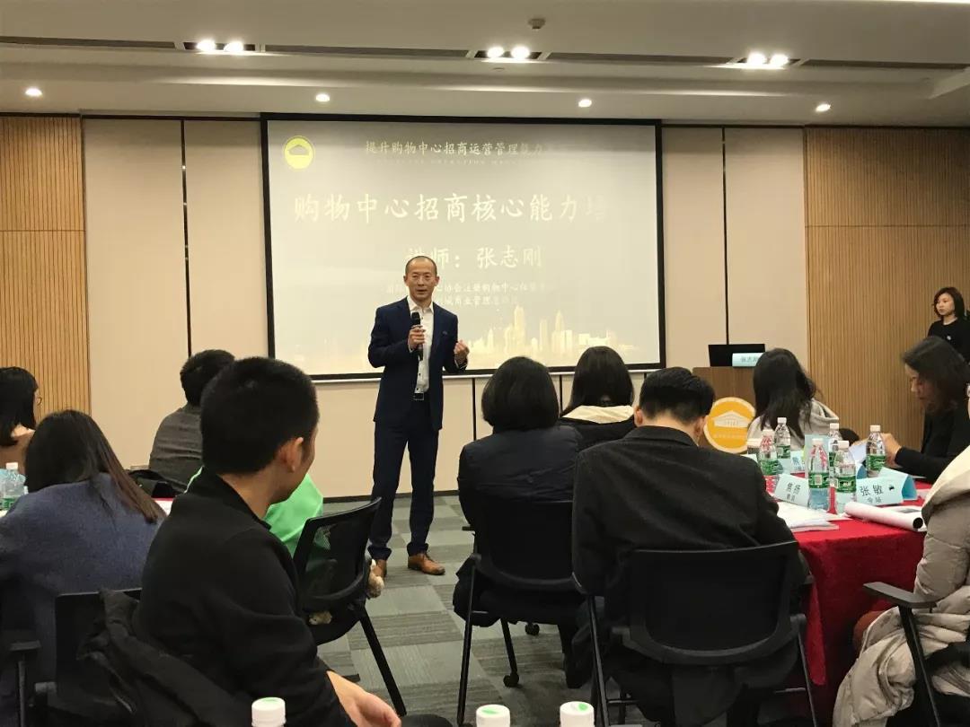 千赢国际下载商业总经理张志刚应邀为成都天府学院学员授课