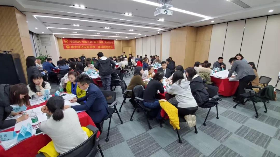 亚博体育官方在线商业总经理张志刚应邀为成都天府学院学员授课