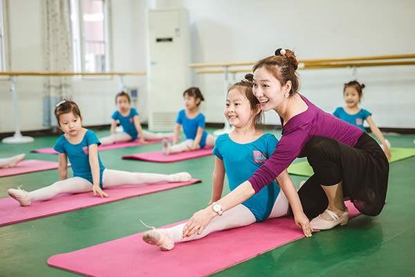 少儿民族舞基本功怎么练?