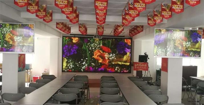 奥马哈助力学校订制LED显示屏