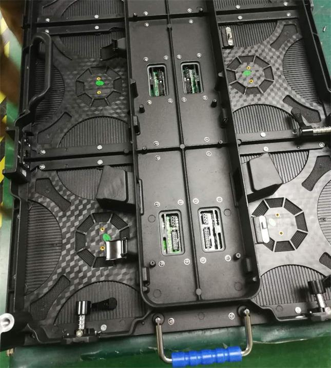 荆州市金九龙大酒店LED户外舞台屏专用P3.91租赁箱体(奥马哈)