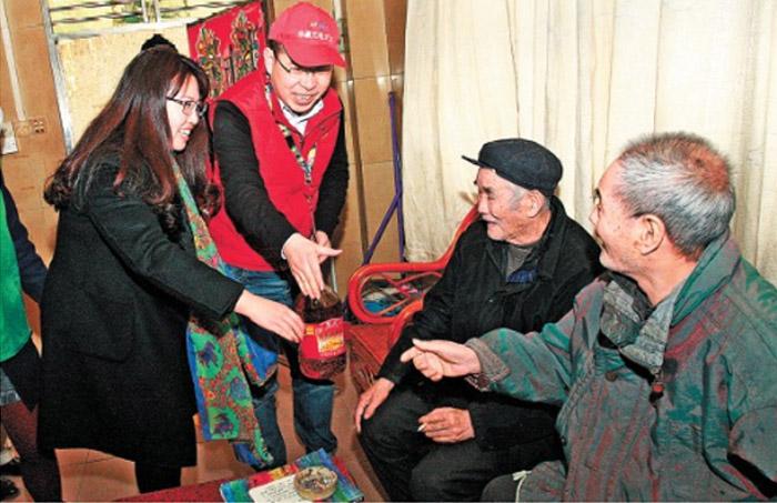 春节慰问社区老人