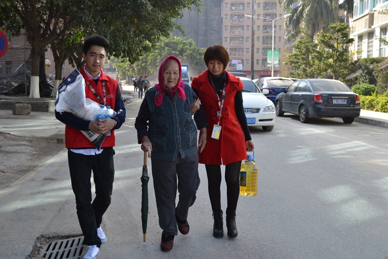 春节前慰问社区老人