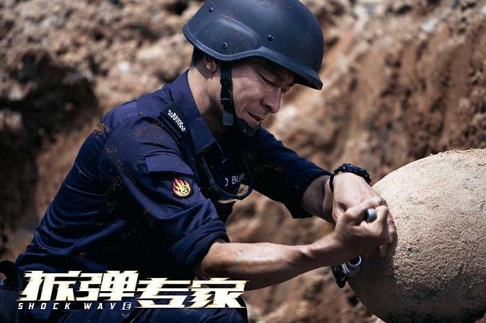 电影投资:刘德华、刘青云18年后联袂主演《拆弹专家2》,再现香港电影辉煌?