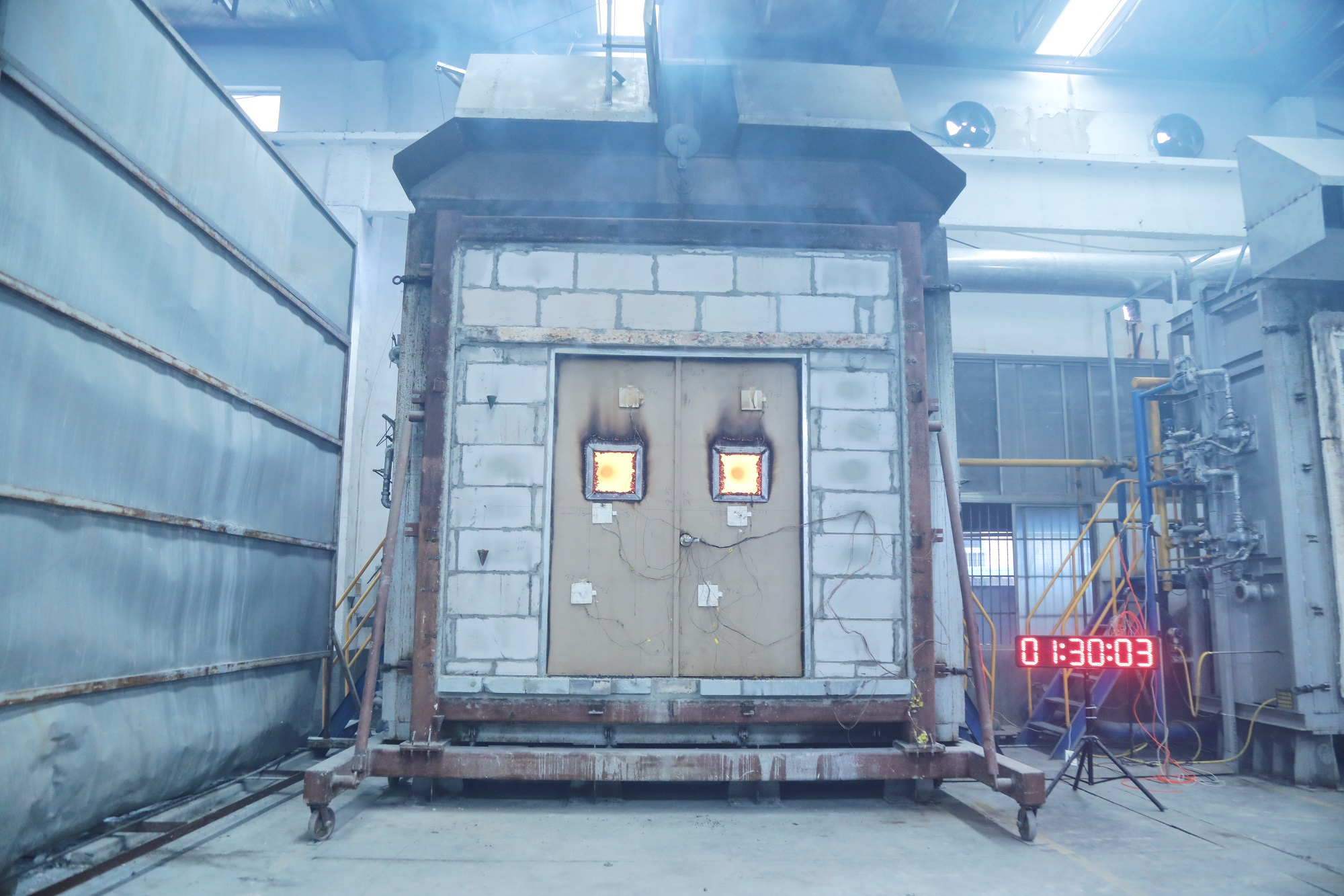 安必安45mm美标UL90分钟双开玻璃防火门圆满通过正式测试
