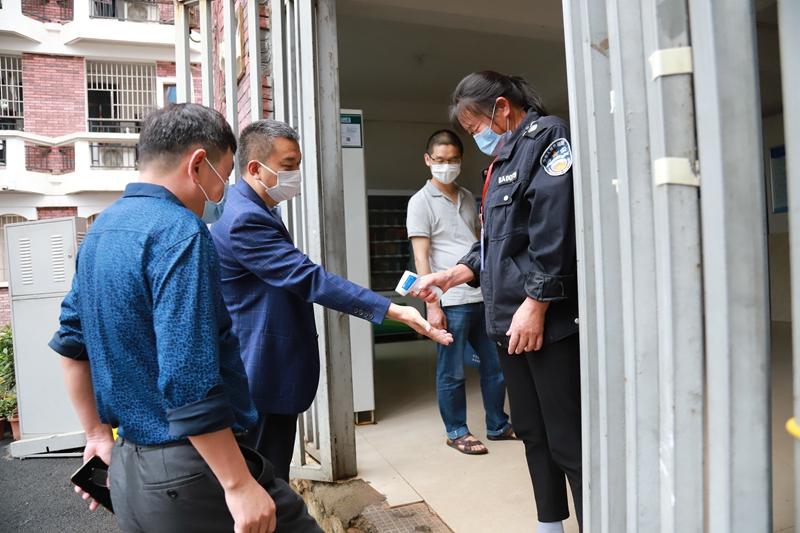长沙市教育局、市疾控中心、市场监督局领导来我校检查指导春季开学与疫情防控工作