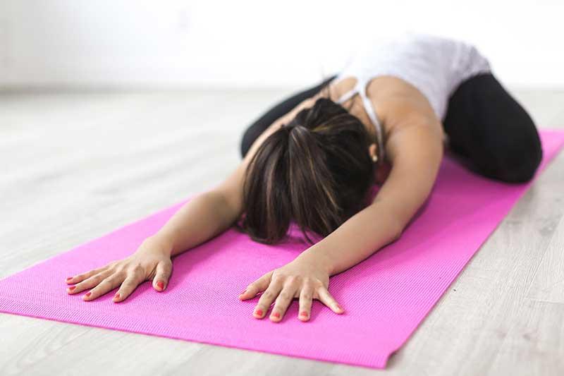 腰酸背痛就马上做瑜伽拉伸 效果恰恰适得其反