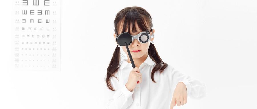 别随便跟小孩配度数,这样会损害小孩眼睛