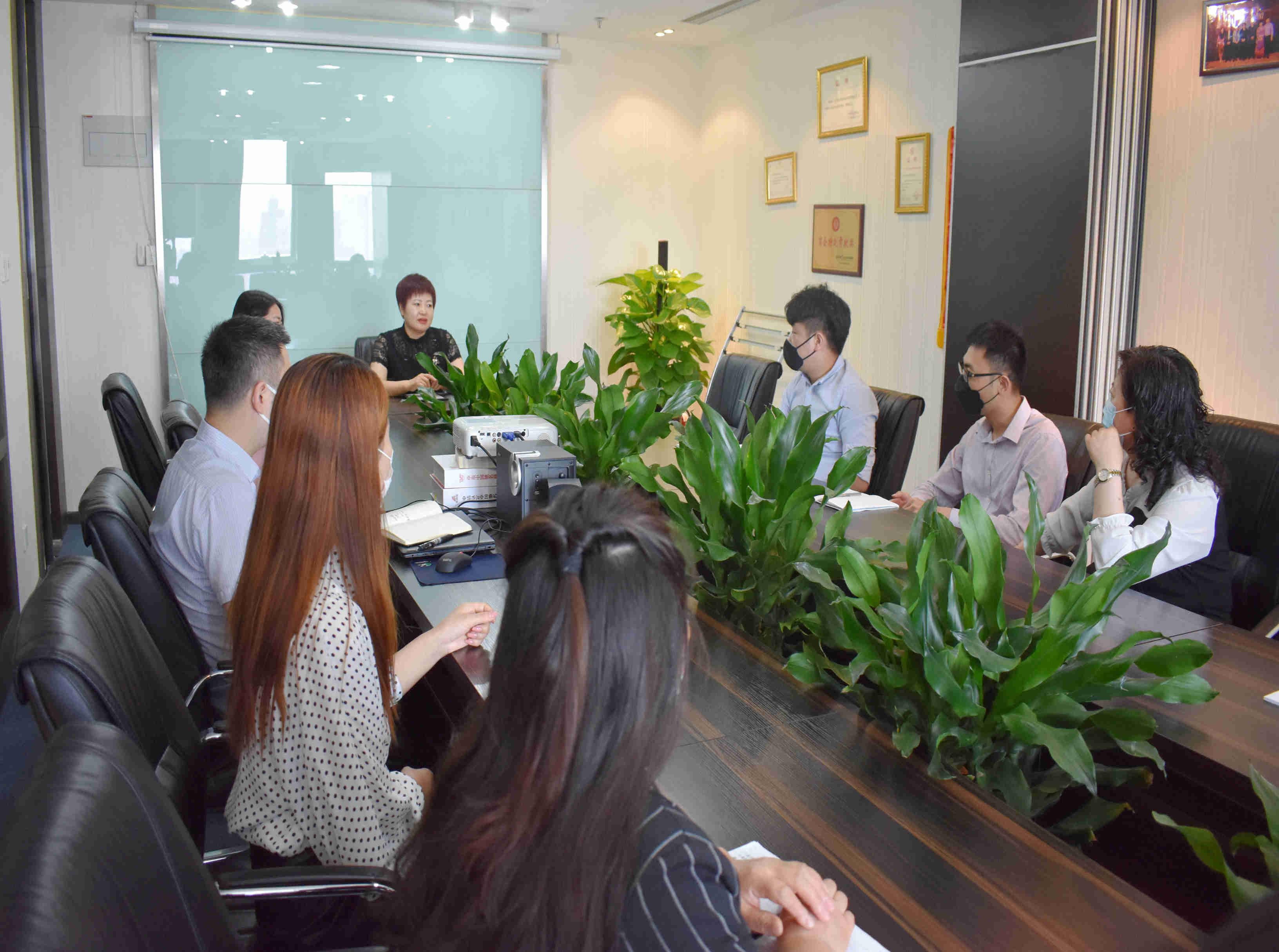集团总裁刘亚芹主持召开全体工作会议