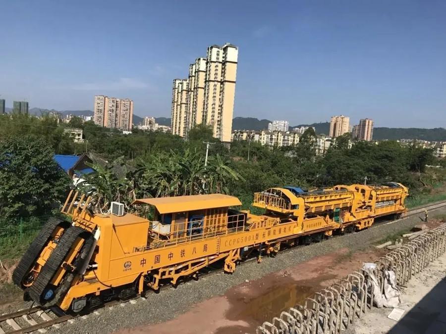 国内最先进铺轨机组亮相川南城际铁路施工现场