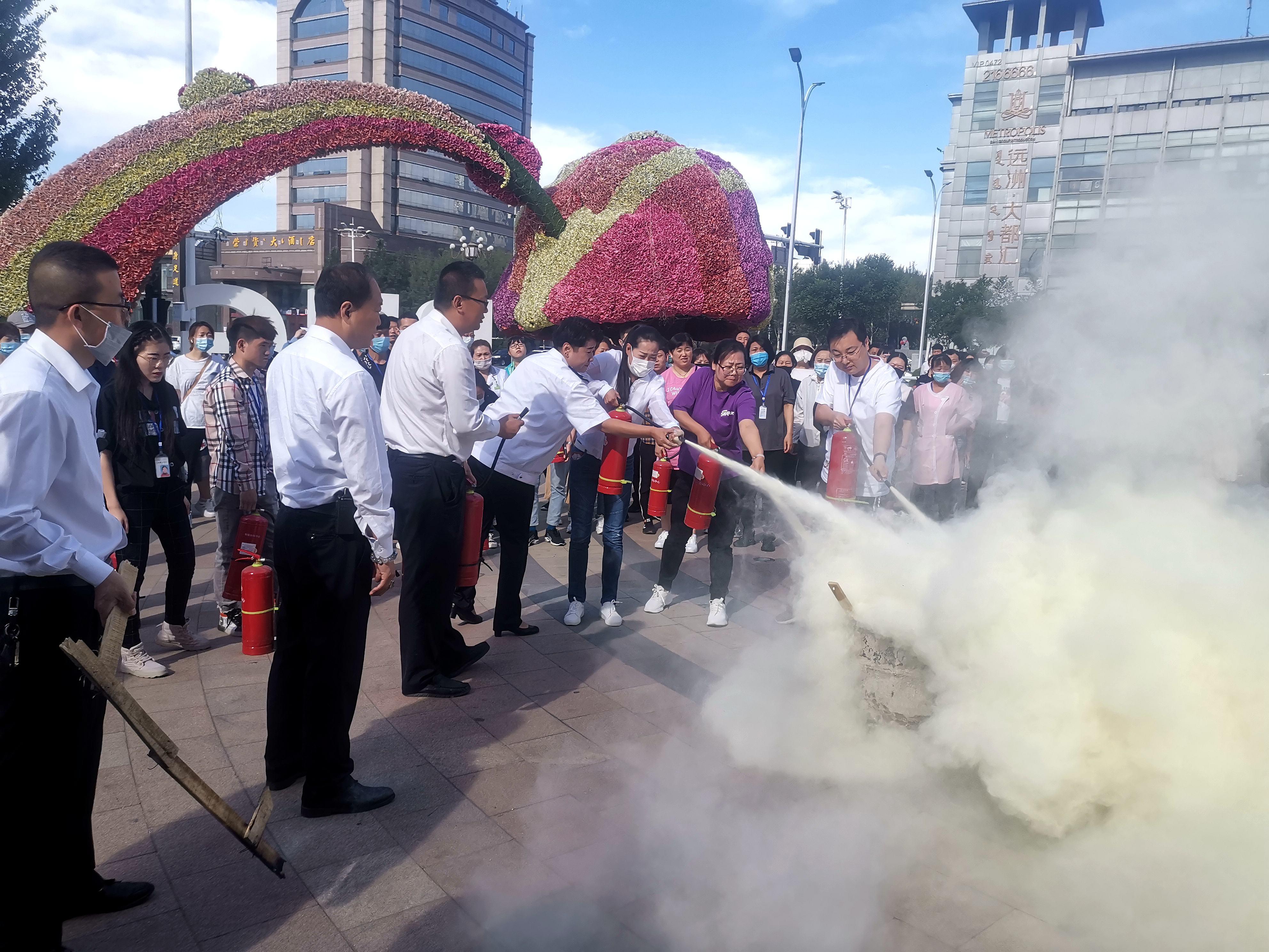 政安包头分中心、华联购物中心、包头市消防支队联合开展消防演练活动