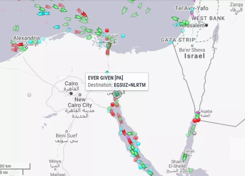"""国际航运""""大动脉""""被切断,百艘巨轮拥堵排长龙!航运市场面临挑战,全球贸易再次承压"""