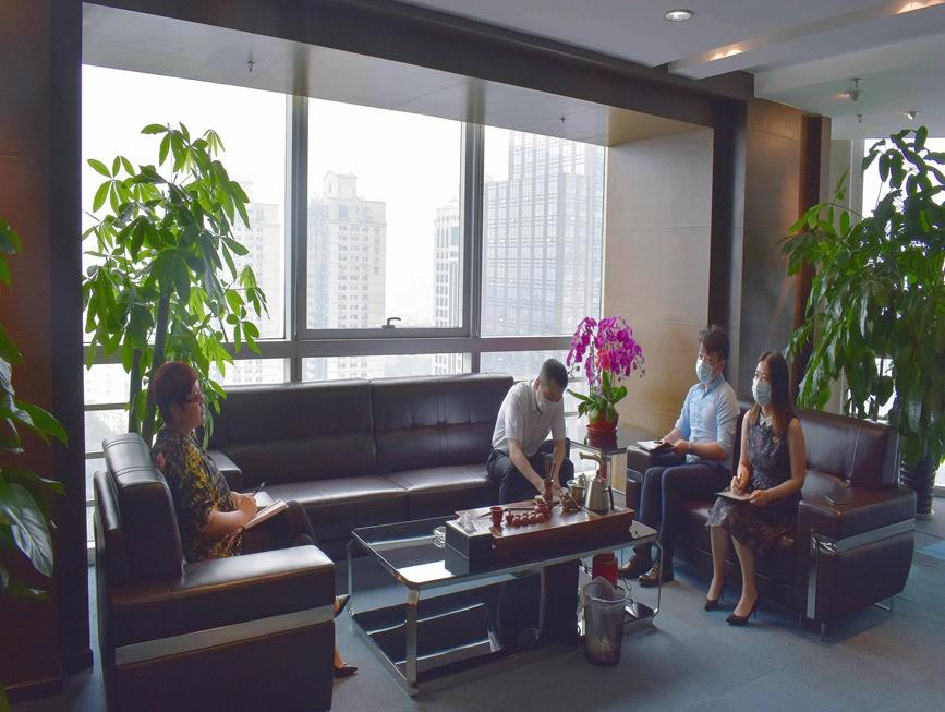 魏丽虹董事长与业务高管就下阶段集团发展方向进行会议商讨