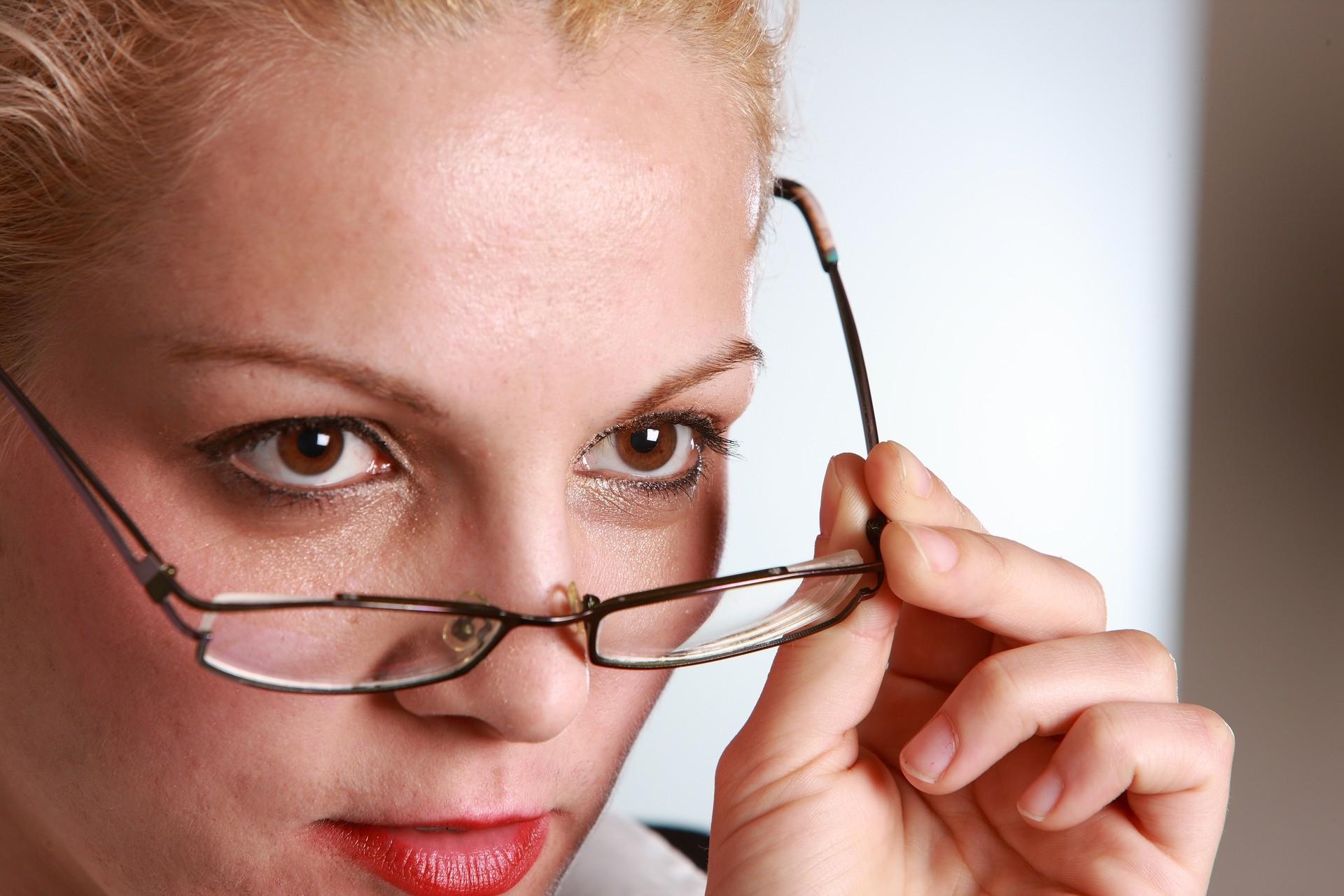 云镜台:分享14个镜框眼镜的护理方法