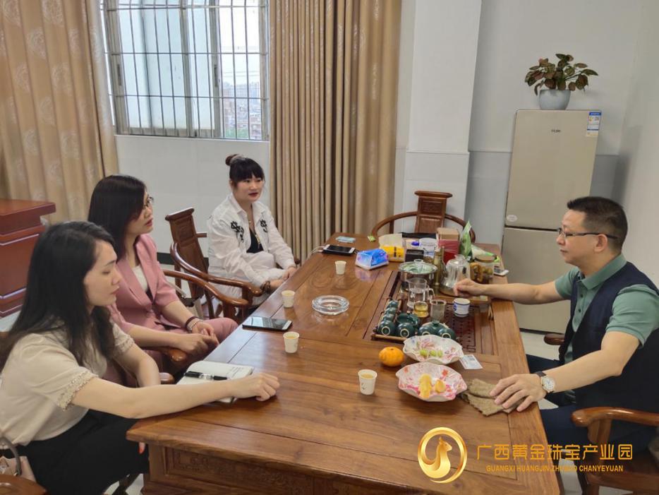贺州市平桂区投资促进服务中心主任黄春梅一行走进深圳黄金珠宝企业