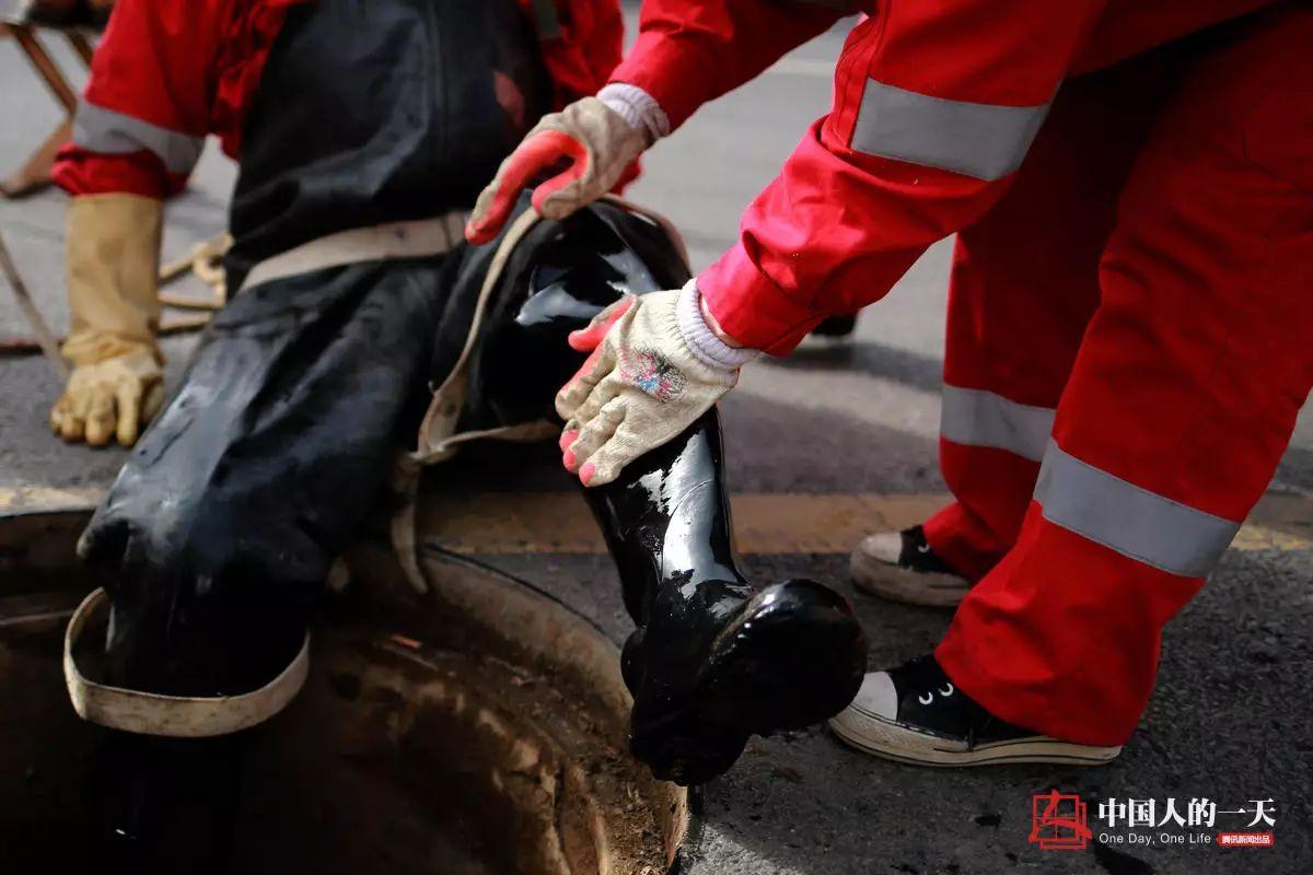 地下管道女子清淤工:与毒气恶臭相伴