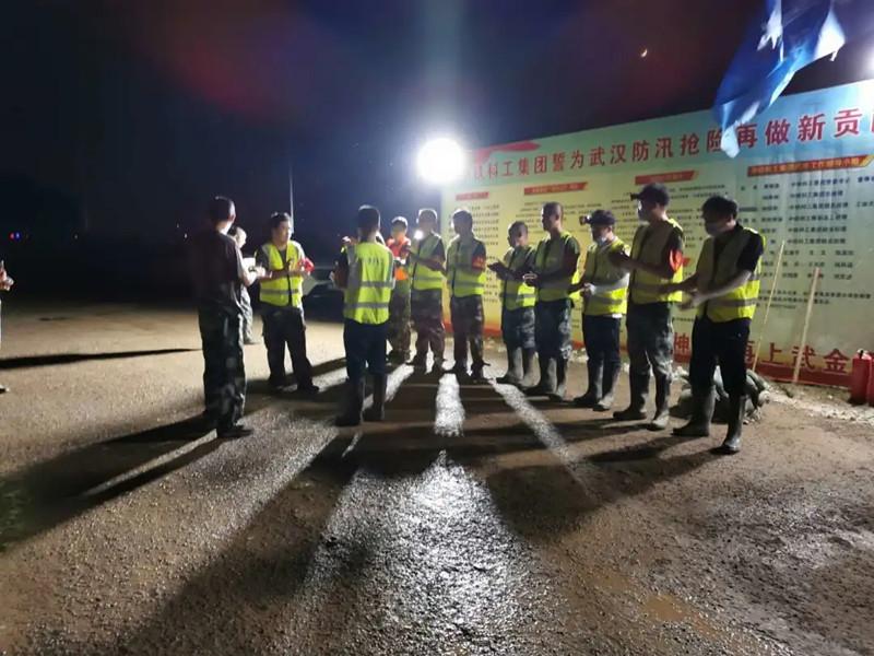 中铁科工防汛突击队:洪水不退,我们不睡!