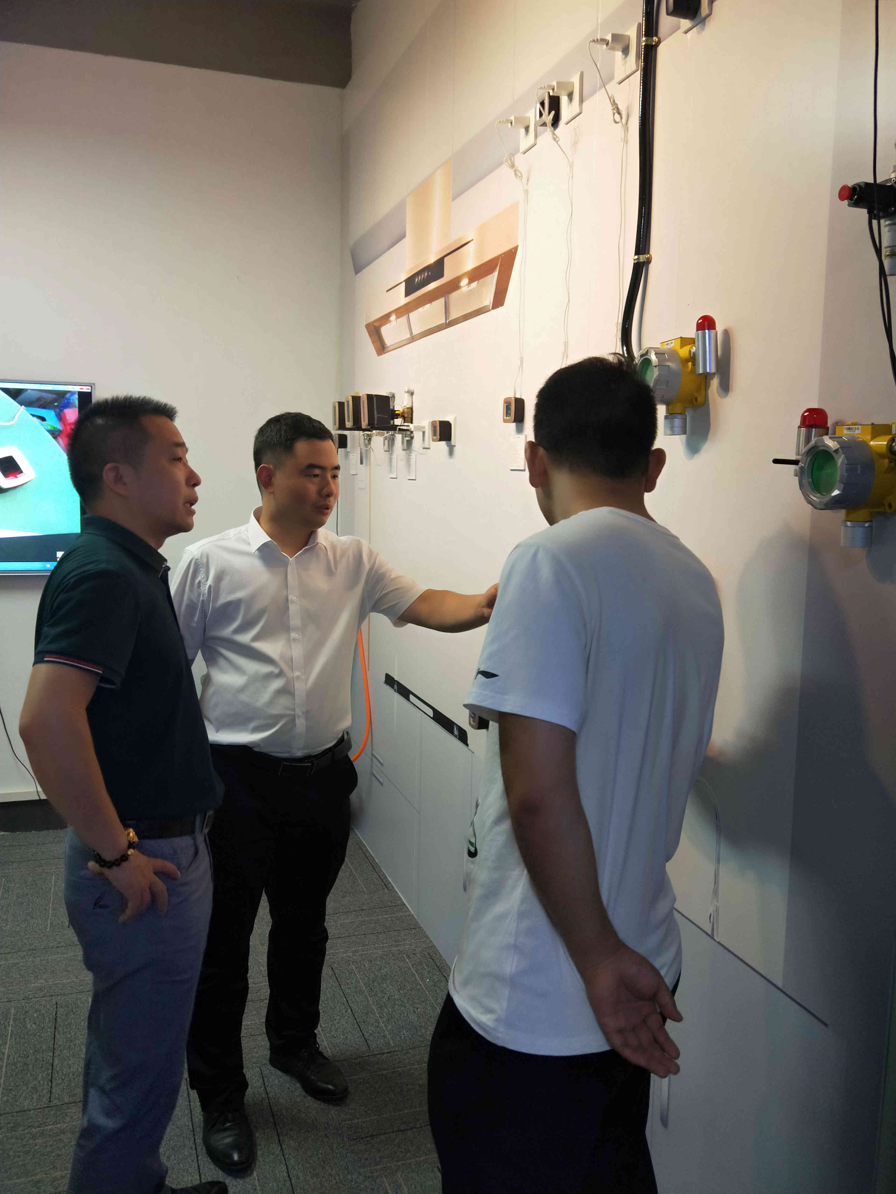 新闻 | 贵州六盘水市招商局领导莅临泰燃智能考察指导