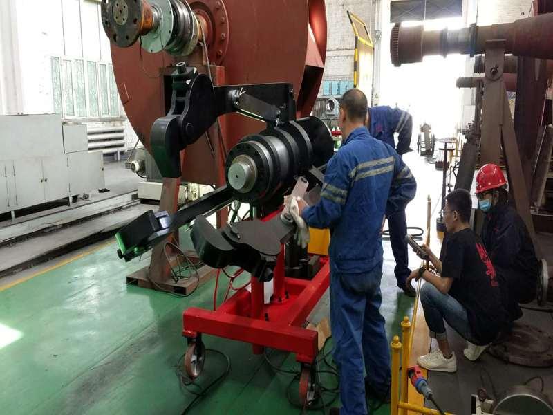 某钢厂的300吨车载液压拉马使用现场