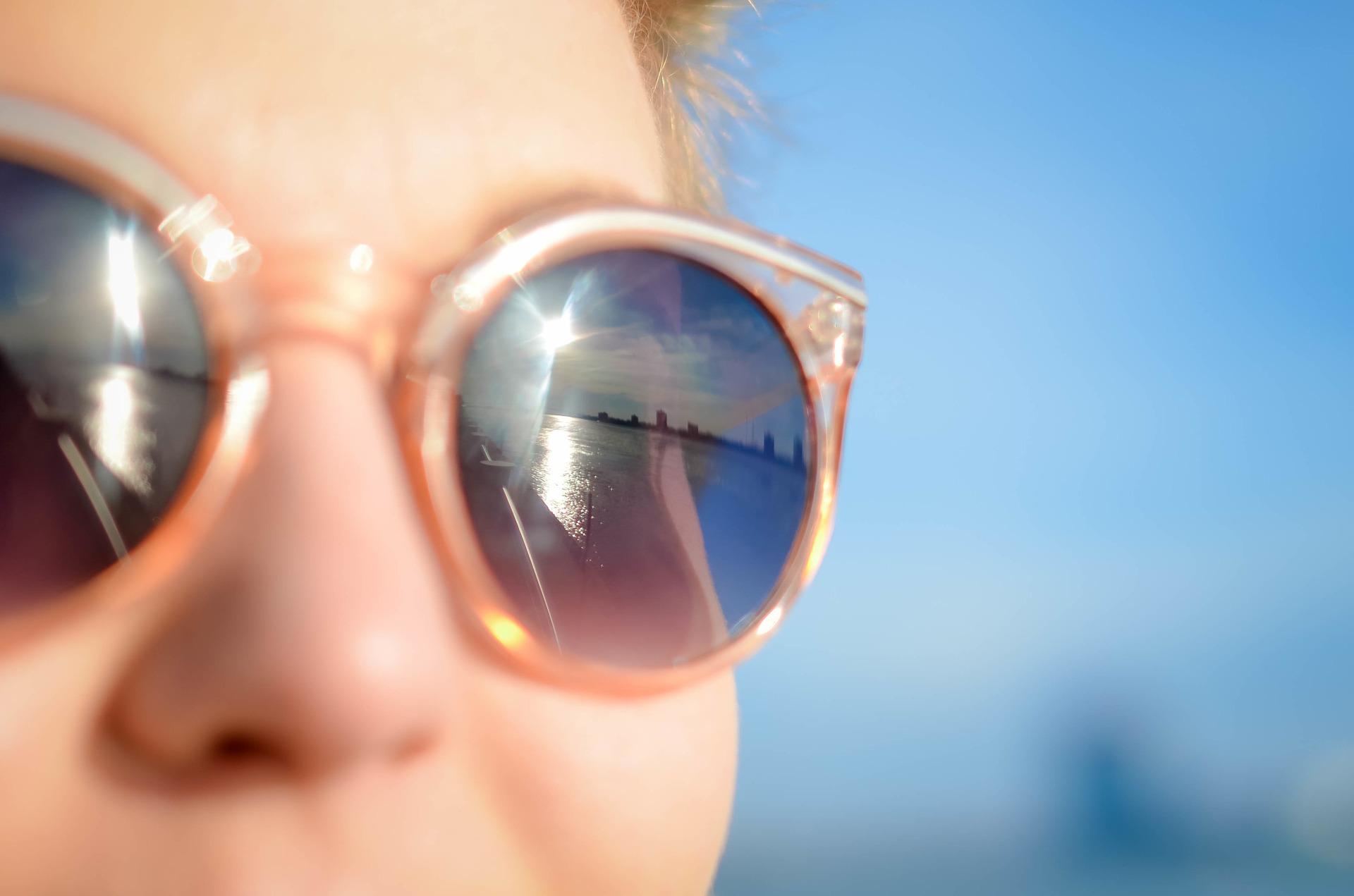 近视带眼镜就好了?可你知道高度近视的危害吗??