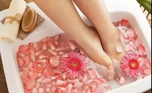 夏天用温水泡脚对养生也有重要的作用
