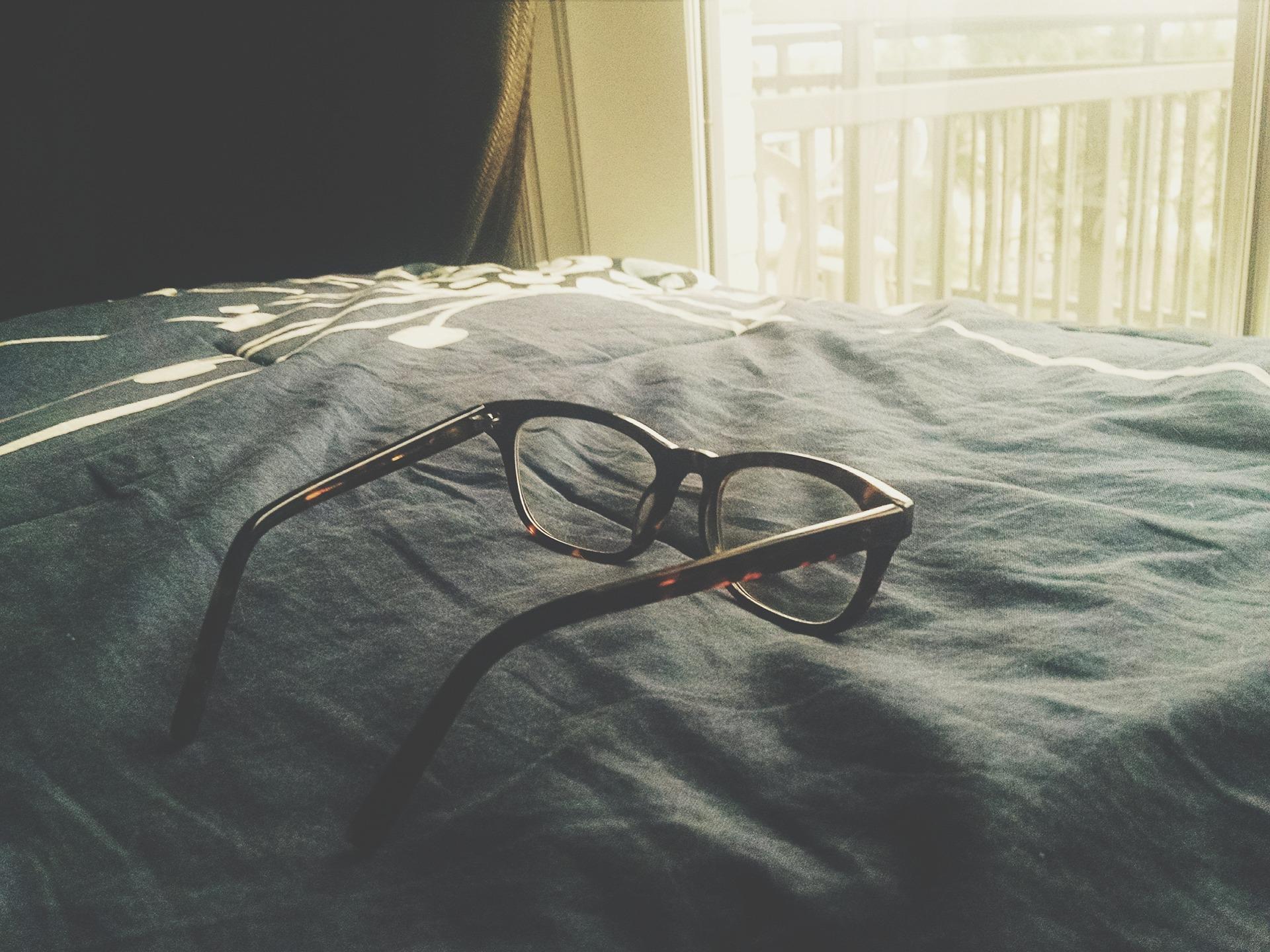 眼睛变形因为长期戴镜?眼镜:这个锅我不背!