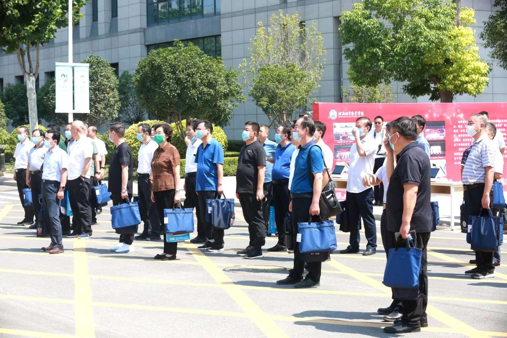 河南省教育厅组织94所高等职业院校主要领导干部莅临河南经贸职业学院观摩,无人智慧迎新引热议