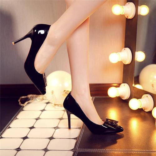 独特的细跟单鞋,融合小尖头的优雅,营造出典雅魅力
