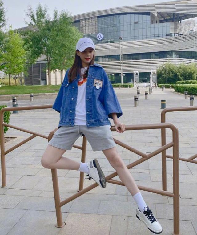 """满大街都在穿""""马丁靴""""?女明星的运动鞋穿搭,才是显腿长的法宝"""