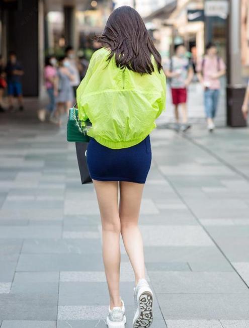 今夏穿裙子别嫌短,短裙配运动鞋,街头女生穿上时髦有型