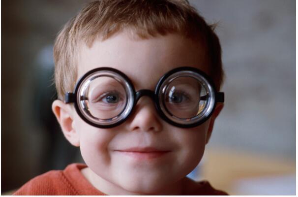 高度近视如何规避致盲风险?有些事不能碰,一不小心就有失明危险!