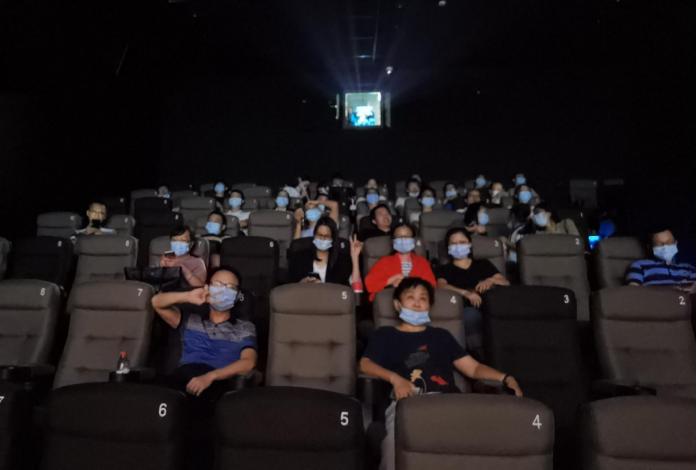 老板请大家看电影啦!!!