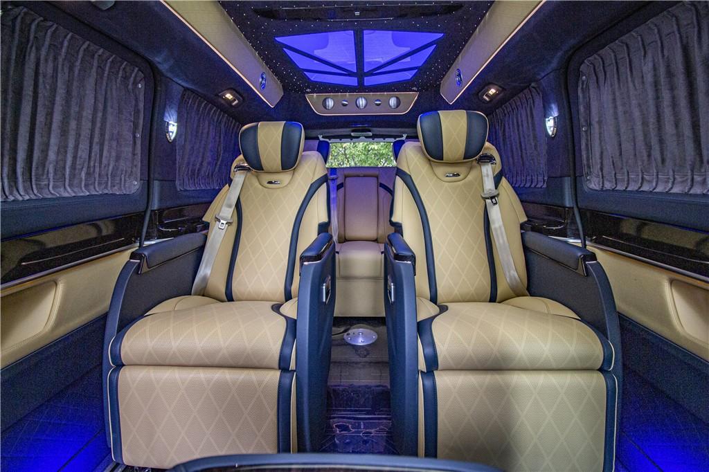 奔驰V260L高顶商务车黄色内饰蓝色线条