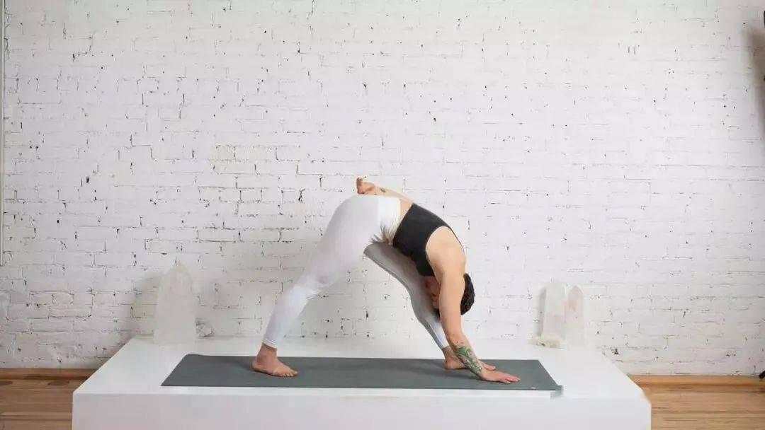 下班后来一套舒缓瑜伽 让你焕发光彩