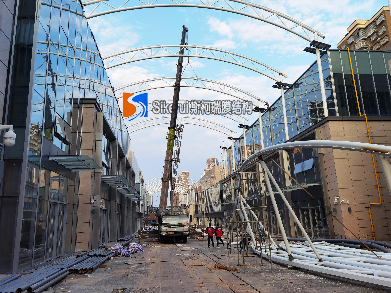 娄底商业街膜结构 钢结构部分接近尾声