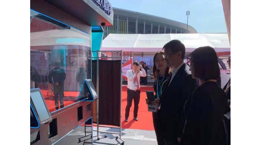 上海市副市长许昆林视察进博会COFE+机器人咖啡亭展位