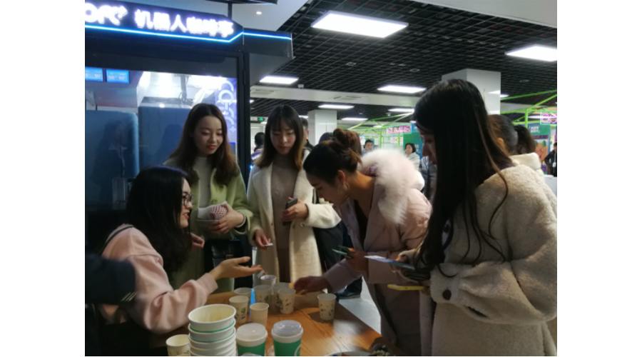 机器人咖啡:第二届高校大学生美食节新亮点