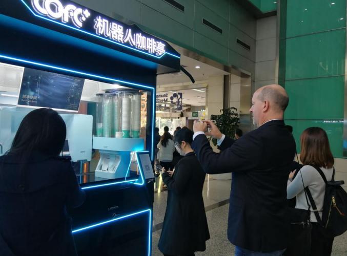 上观新闻-机器人咖啡来了!价格便宜口感获赞,无人经济的风口真的到了?