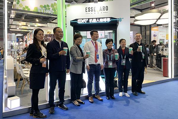 上海长宁区区长王岚、各局委办领导亲切视察COFE+机器人咖啡亭进博会展台