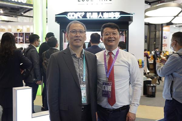 东方国际集团董事长童继生、总裁朱勇,龙头股份领导等进博会上亲切视察指导COFE+机器人咖啡