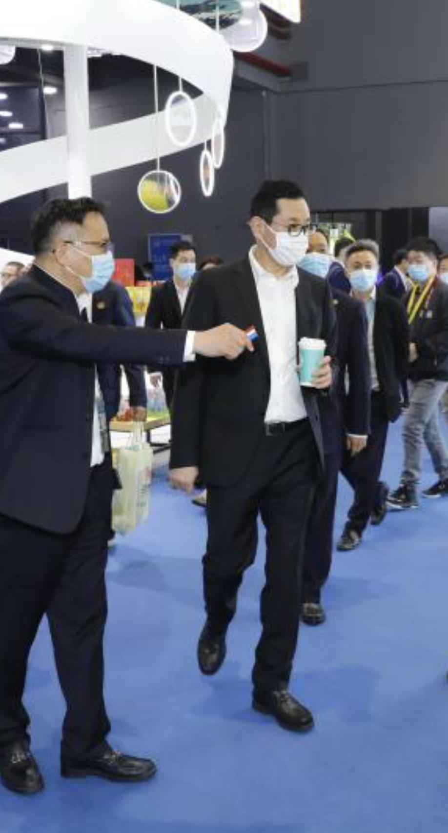 """上海市国资委书记兼主任白廷辉亲切视察""""全球领先·全智能·机器人咖啡亭COFE+"""""""